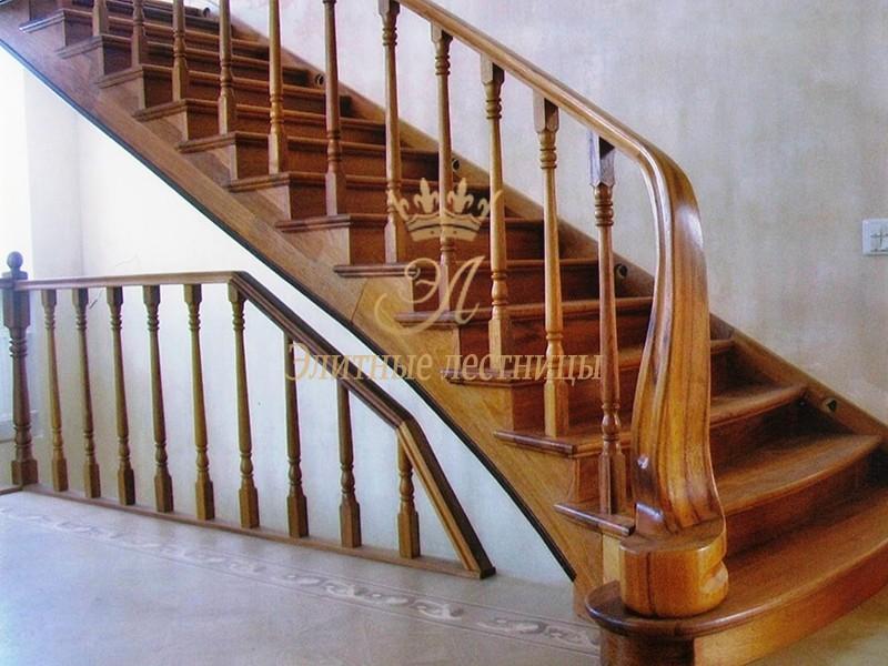 Тетивно-косоурная лестница из Ясеня, с дизайнерским столбом переходящим в поручень.
