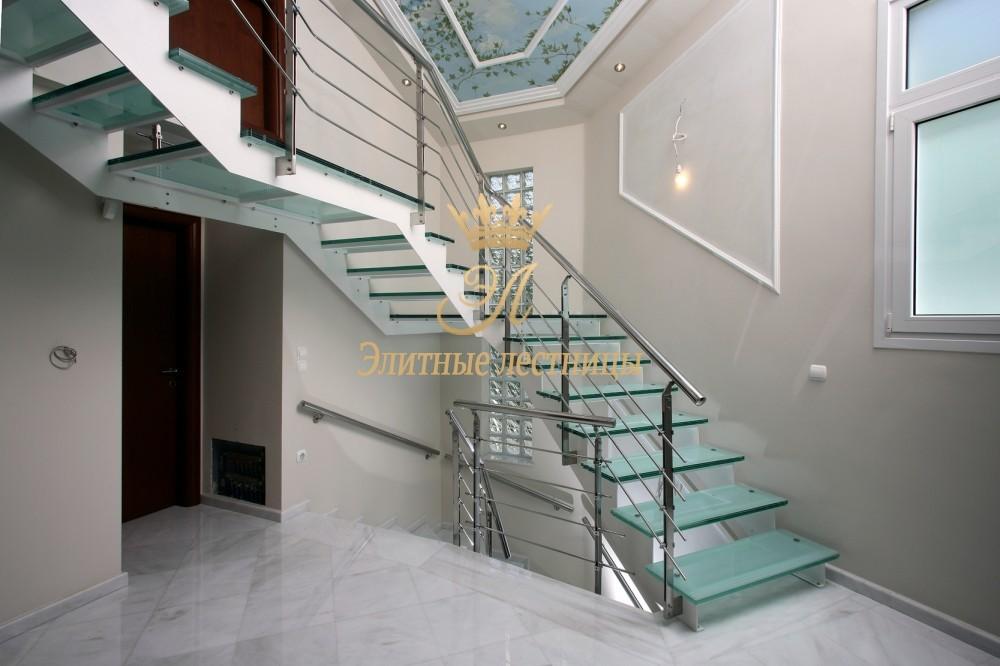 Лестница на металлическом основании косоур ступени стекло