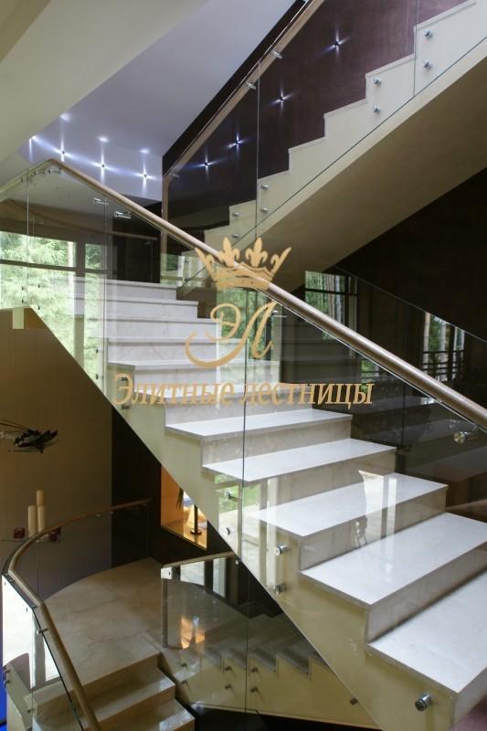 Лестница на металлическом основании с отделкой ступеней выбеленным дубом