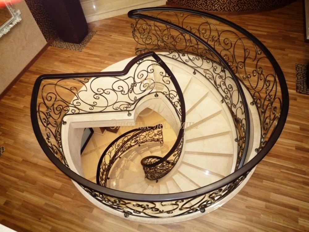 Монолитная бетонная лестница с каменными ступенями, художественным кованным ограждением  и деревянным поручнем