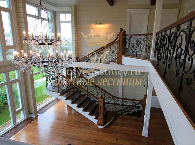 Монолитная бетонная лестница с отделкой из натурального дуба