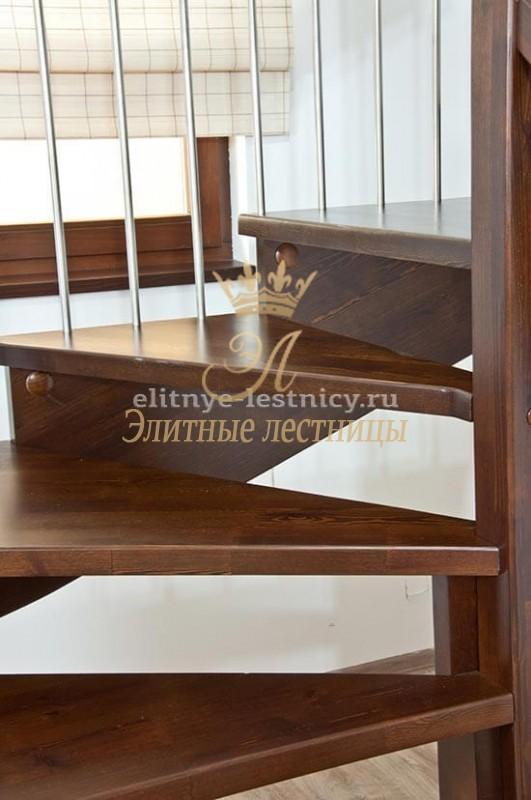 Косоурная лестница без подступенков установлена в частном доме