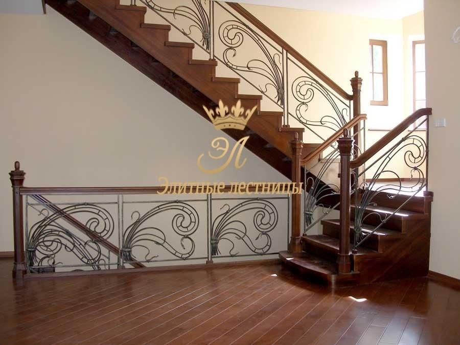 Деревянная лестница из тонированного дуба. Ограждение - художественная ковка