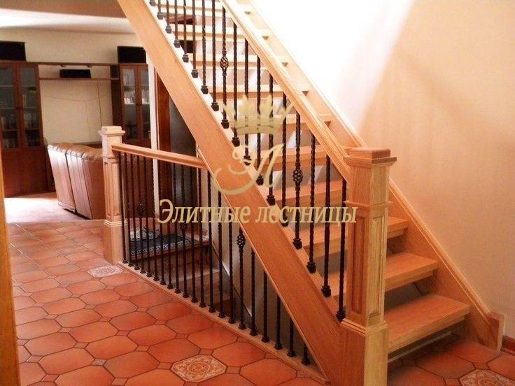 Тетивная лестница на деревянном основании ограждение точечная ковка