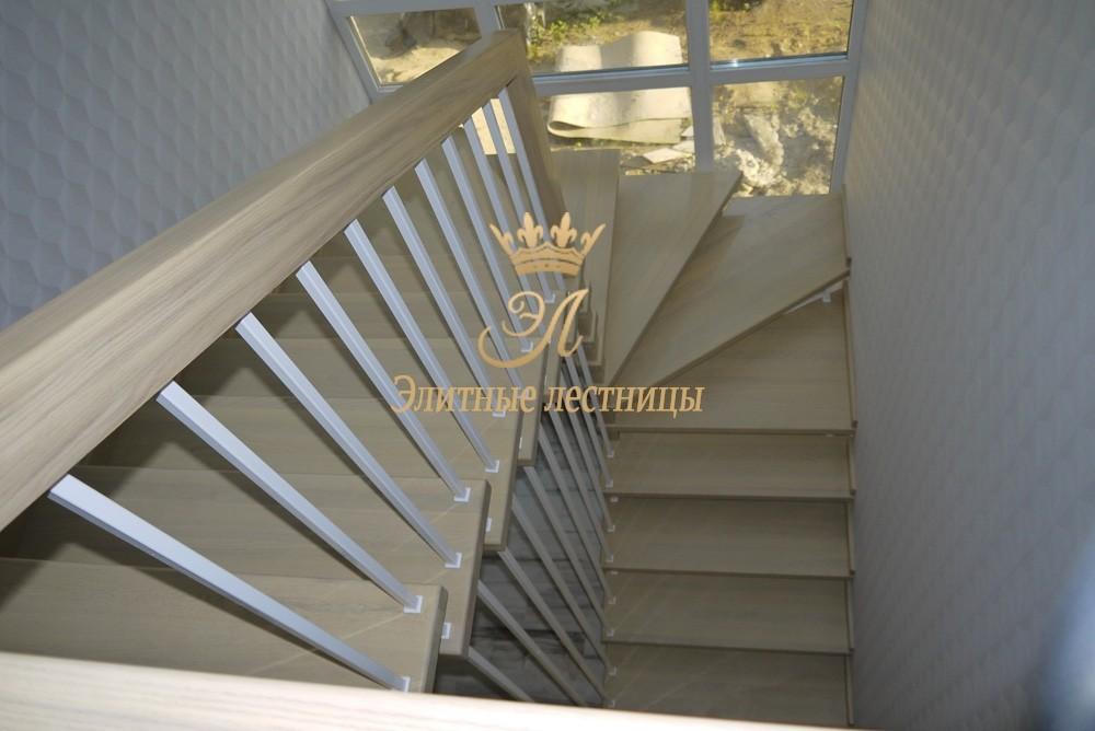 Системная лестница из дуба, больцы в стену - ступень, на центральном несущем столбе,  с забежными ступенями