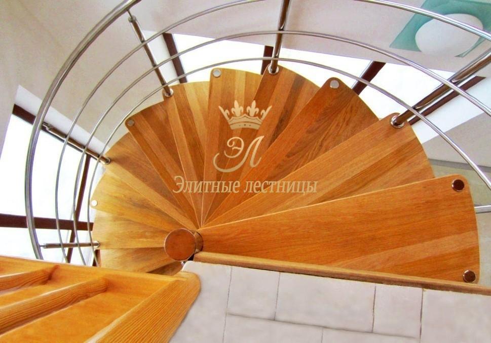 Винтовая лестница из дуба с леерным ограждением из cтали