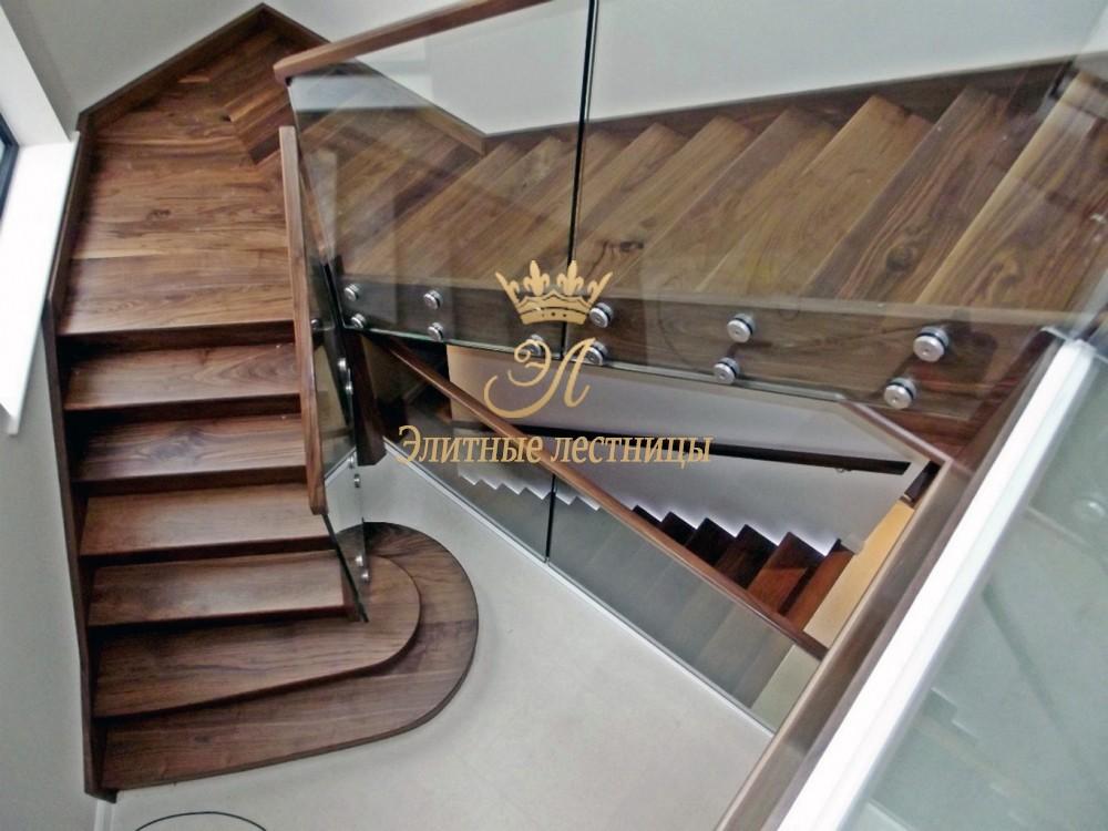 Тетивная лестница без подступенков. Ограждение стекло каленое 10 мм на коннекторах с поручнем