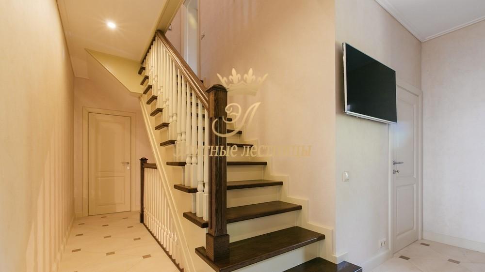 Отделка бетонной лестницы тонированным Дубом. Архитектурные столбы с канелюрами