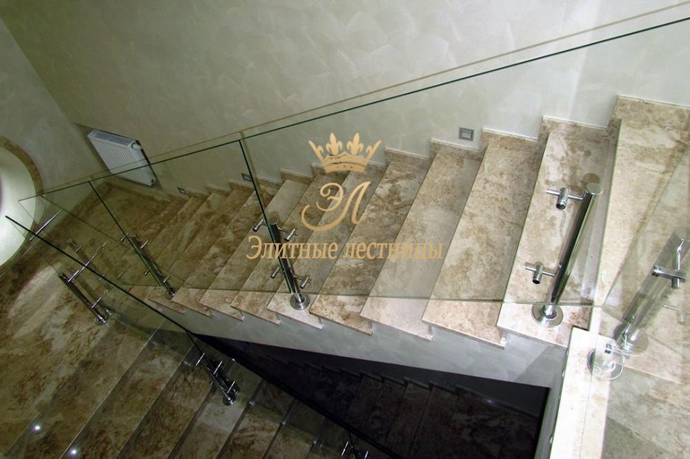 Отделка бетонной лестницы мрамором.Ограждение - стекло триплекс на полустолбах